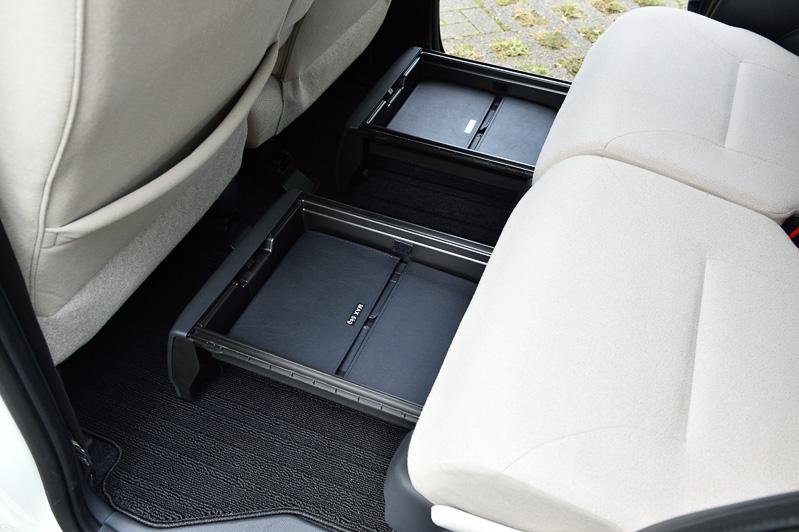 """後席の左右に「置きラクボックス」をLとL""""SA II""""以外のグレードに標準装備。内寸の30mmより低い荷物ならスライドを戻して隠しておくことも可能"""