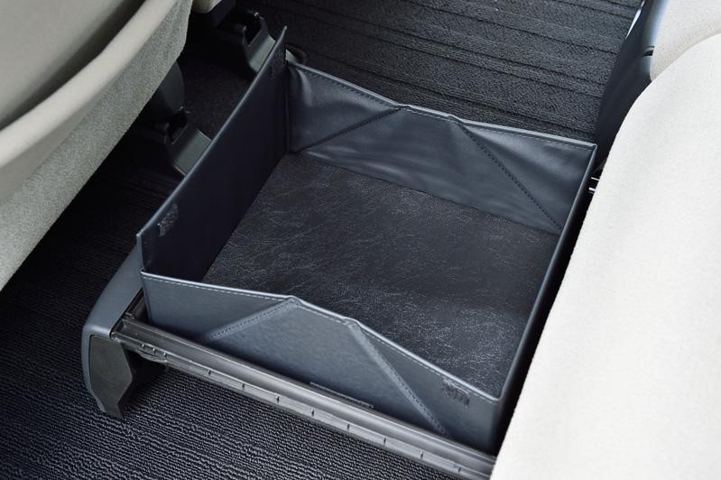 内側のユーティリティボックスを展開して、高さのある荷物が転がり落ちないようにする「バスケットモード」も用意する
