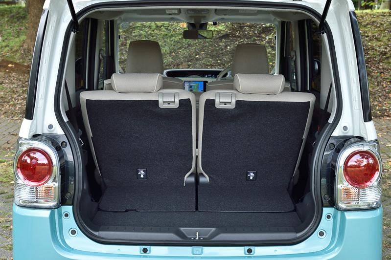 ラゲッジスペースは後席の前後スライドや背もたれの前倒しなどでスペースを増減できる。後席の前後位置は車内側で操作する