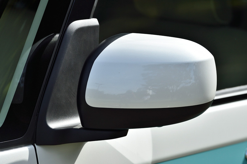 2トーン仕様の「ストライプスカラー」車はルーフ以外にもドアミラー、バンパー類下側などもホワイト、またはスムースグレーにカラーリングされる