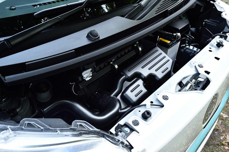 ムーヴと同じ直列3気筒DOHC 0.66リッター自然吸気エンジンは最高出力38kW(52PS)/6800rpm、最大トルク60Nm(6.1kgm)/5200rpmを発生。低フリクションエンジンオイルやこれまで「ミラ イース」にしか使っていなかった高着火スパークプラグの採用などにより、ムーヴから車両重量が90kg前後増加していながら27.4~28.6km/LのJC08モード燃費を生み出している