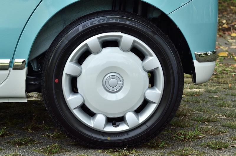 タイヤサイズは155/65 R14 75S。全車スチールホイール+フルホイールキャップとなる