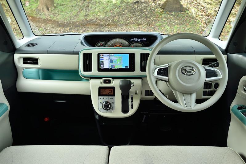 ファインミントメタリックをボディカラーに使っている車両はインパネやドアトリムなどの一部が「インテリアアクセントカラー」としてファインミント色になる