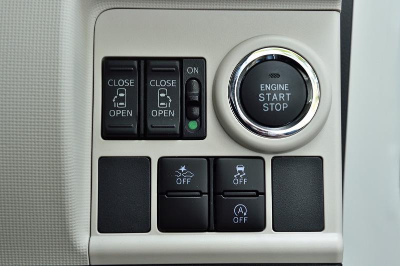 運転席の右前方にパワースライドドアの開閉スイッチや「スマートアシストII」の各機能のON/OFF切り替えのスイッチ類を配置