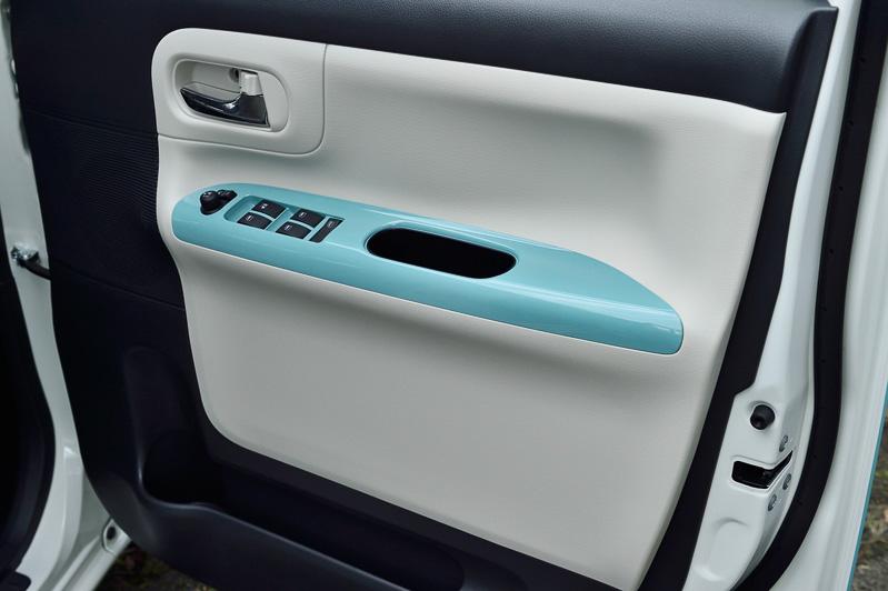 ドアトリムのインテリアアクセントカラーは、ボディカラーにライトローズマイカメタリックIIを使う場合はミストピンク色になる