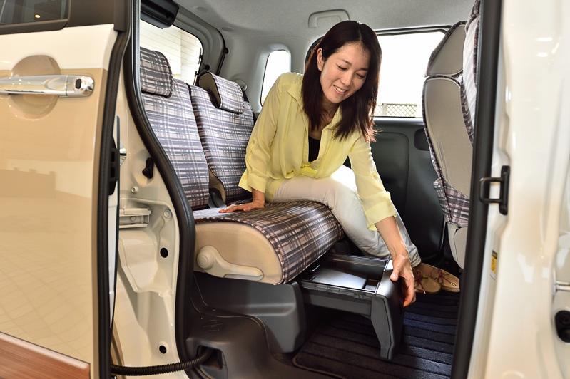 「簡単脱着&洗えるシートクロス」は手洗い可能で車内をイメージチェンジさせるアイテムとしても利用できる