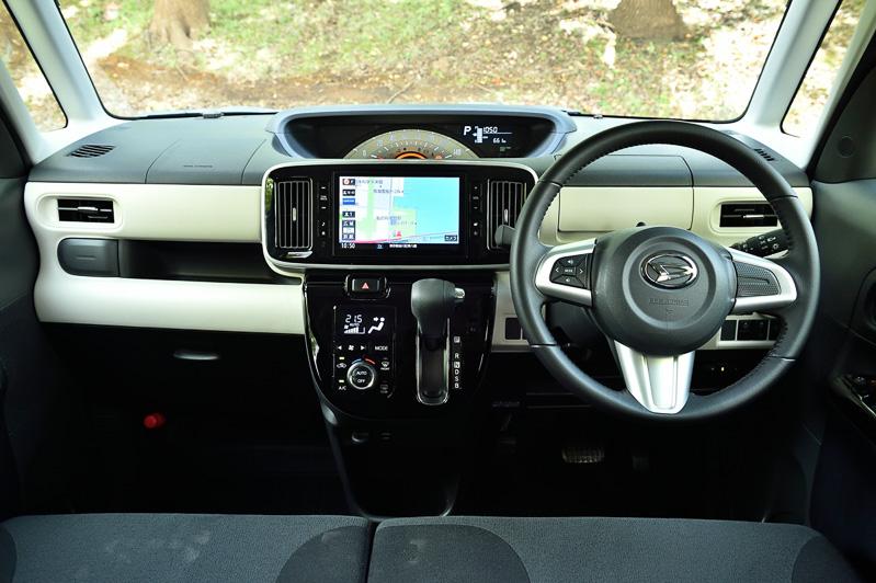 オプション設定の「ブラックインテリアパック」装着車のインテリア。ステアリングなどもブラックとなる