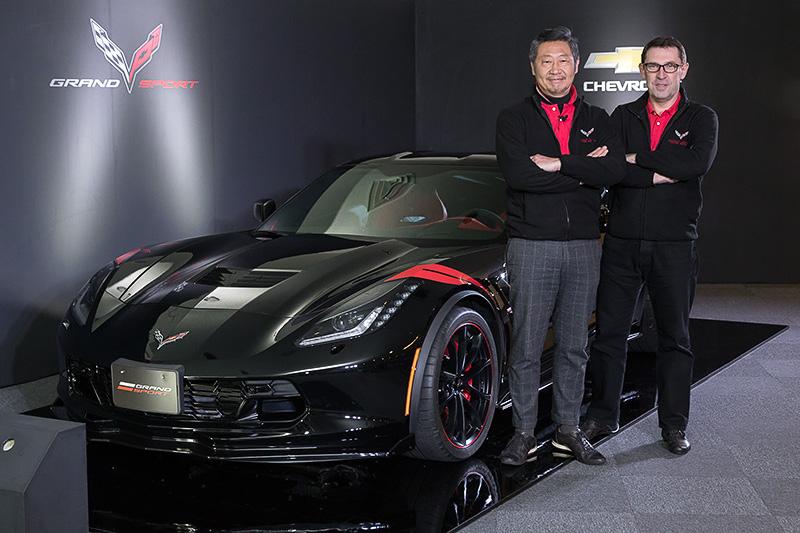 8月1日付けでゼネラルモーターズ・ジャパンの代表取締役社長に就任した若松格氏(左)と15台限定車「コルベット グランスポーツ ヘリテージ」