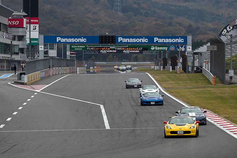 レーシングコースを走行するコルベット