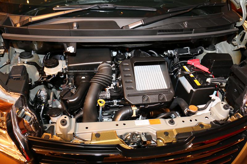 エンジンは新開発された直列3気筒DOHC 1.0リッターターボ「1KR-VET」エンジン(左)と、自然吸気の直列3気筒DOHC 1.0リッター「1KR-FE」エンジン(右)の2本立て。トランスミッションは全車CVTを組み合わせる