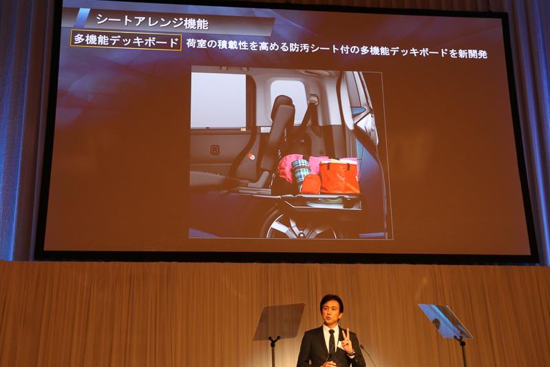 2段式のフロアを実現するため、防汚シートなども備える多機能デッキボードを全車標準装備。耐荷重は100kgとなり、バックドアを開けているときにベンチのように腰掛けることも想定しているとのこと