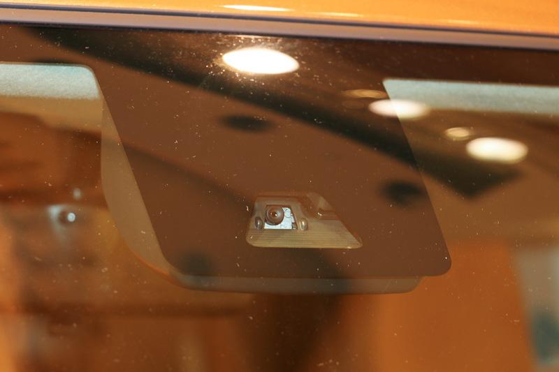 フロントウィンドウの単眼カメラとフロントグリルのレーザーレーダーなどを組み合わせて緊急ブレーキを作動させる「スマートアシストII」を採用