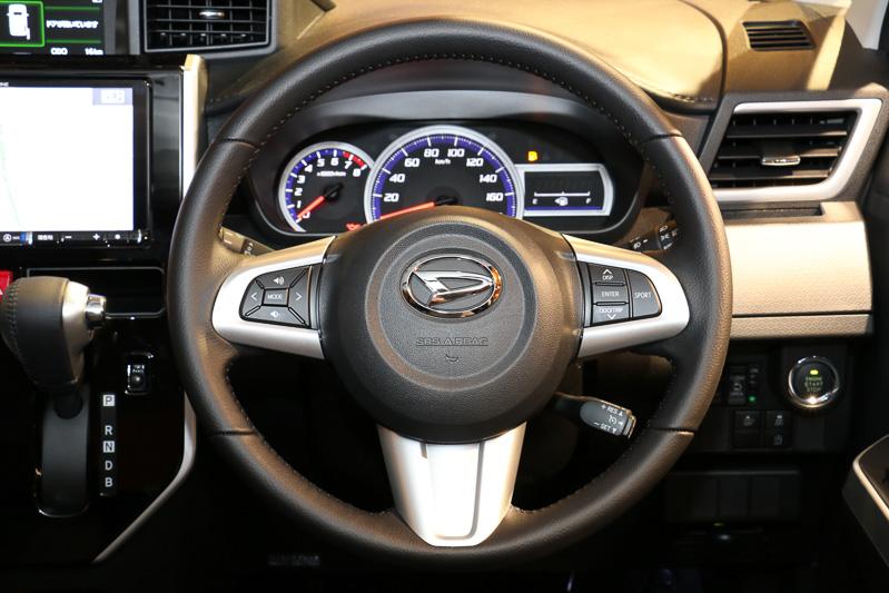 カスタムモデルは全車本革3本スポークのステアリングを標準装備