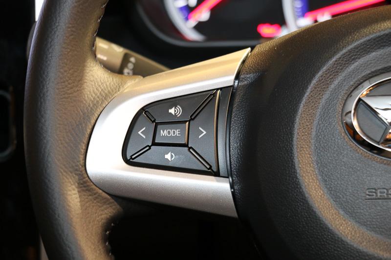 左側のスポークにオーディオ関連のスイッチ、右側のスポークにスポーツモード(ターボ専用)やクルーズコントロールなどのスイッチをレイアウト