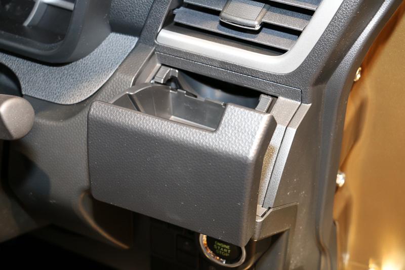 奥から伸びているU字型のスペーサーを押し込むと、500mLや1Lの紙パック飲料が置けるようになる