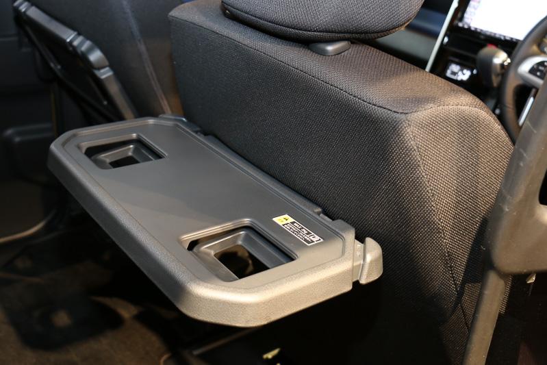 オプション品の「シートバックテーブル」はボトルホルダー2カ所を設定