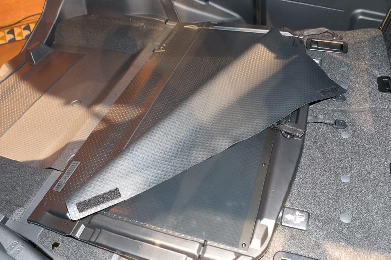 多機能デッキボードを前方に反転させると、裏側から樹脂製の防汚シートが出てくる