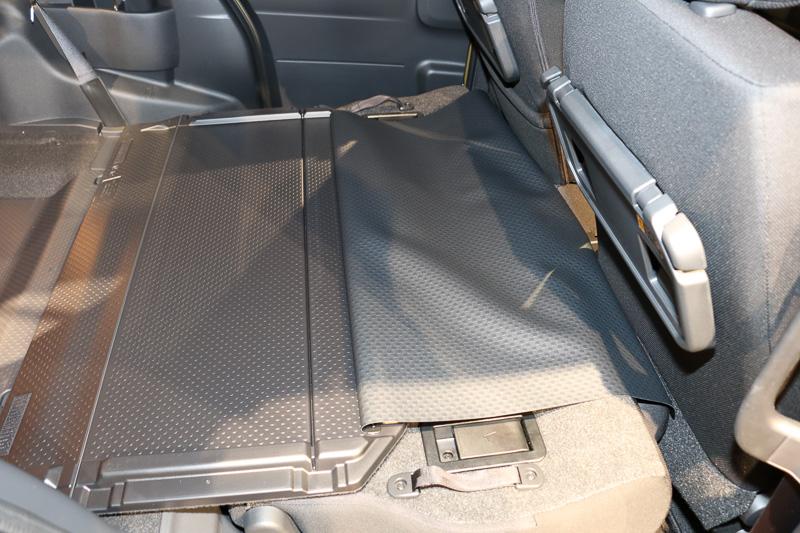 シートをめくって展開すると、汚れても拭き取りやすいフロアに変身