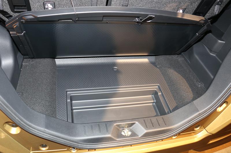 デッキボードのさらに下に、三角表示板などを収納するスペースが用意されている