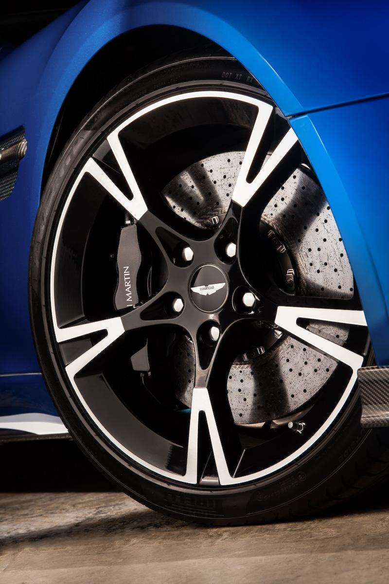 新型ヴァンキッシュ Sは仕向け地によってエンジン出力が異なり、英国および欧州仕様では最高出力444kW(600PS)/7000rpm、その他の地域では433kW(588PS)/7000rpmとなる。最大トルクは630Nm/5500rpmで共通。0-100km/h加速は3.5秒。ボディサイズは4730×1910(ドアミラーをのぞく)×1295mm(全長×全幅×全高)、ホイールベース2740mm