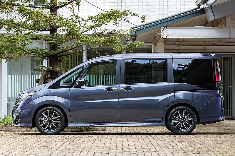 10月21日に発売されたホンダアクセスのコンプリートモデル「ステップワゴン Modulo X」。専用のフロントエアロバンパーやリアロアディフューザーによって空力性能を高めるとともに、専用サスペンションによって操縦性も高めたモデルになっている。ボディサイズは4760×1695×1825mm(全長×全幅×全高)で、2WD(FF)の「SPADA Honda SENSING」と比べて25mm長く、15mm低い。価格は366万5000円