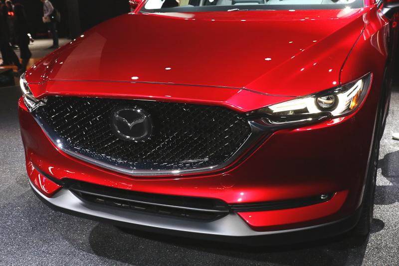 外観は評判の高い現行CX-5を正常進化させた印象。フロントグリルやヘッドライトまわりのデザインが刷新されたことに注目が集まっているが、サイドパネルの陰影やライン、Aピラーの角度なども大きく異なり、より生命力や躍動感を表現するデザインに進化している