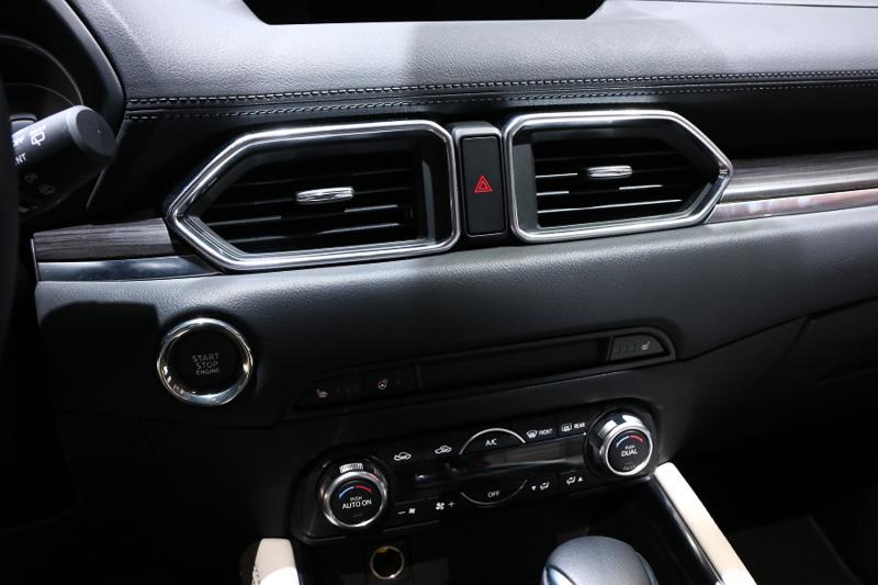 3連メーターの右側に4.6インチのマルチインフォメーションディスプレイを設置