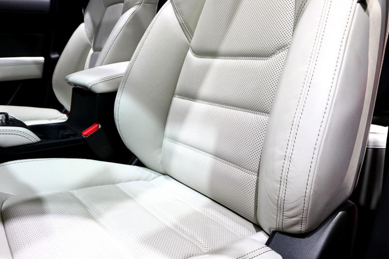 シートのホールド性やクッション性はかなり力を入れたポイントになるようで、適度な張りと包まれ感の高いシートは長距離を走っても疲れにくいそうだ。前席、後席ともに遮音性も上がっていて、車内の会話明瞭度も大幅に向上しているという