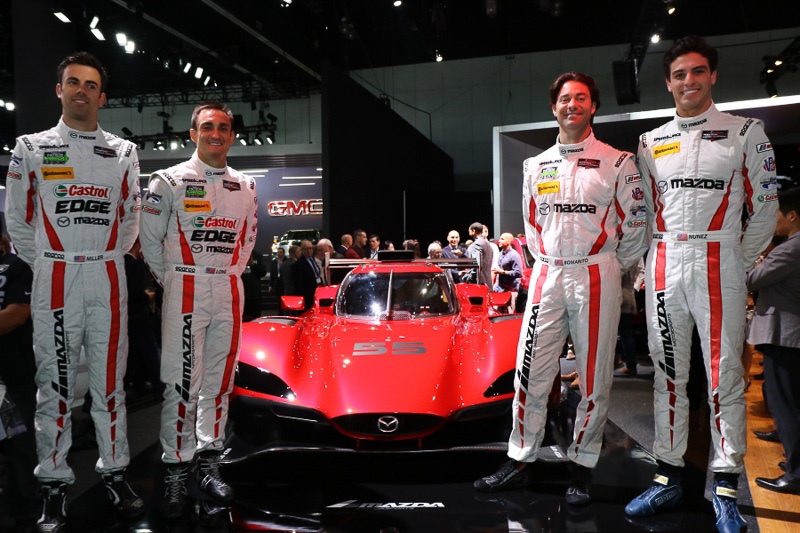 IMSAスポーツカーチャンピオンシップに参戦する「RT24-P」。ステアリングを握る4名のドライバーがアンベールと記念撮影に参加した