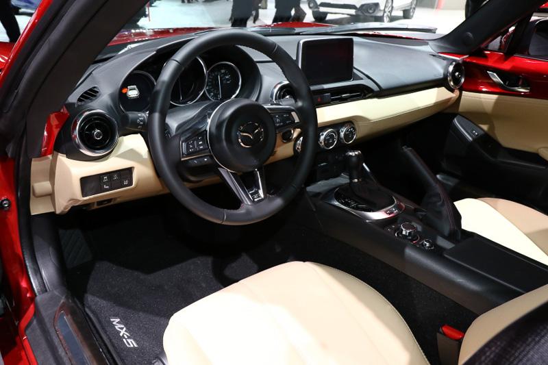 MX-5 RFの展示車両はイメージカラーの「マシーングレープレミアムメタリック」が使われることが多いが、今回は「ソウルレッドプレミアムメタリック」のRFが置かれていた