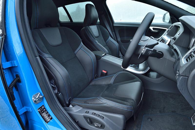 大型のサイドサポートを持つスポーツシートも表皮にヌバックと本革を使う専用品