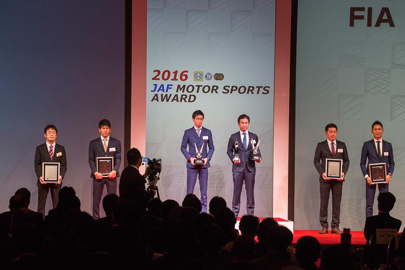 SUPER GT GT300クラスの2位は嵯峨宏紀選手、中山雄一選手。3位はリチャード・ライアン選手、藤井誠暢選手