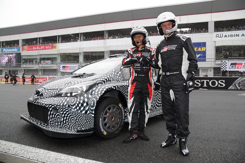 国内初披露された「ヤリスWRCテストカー」と2017年からFIA世界ラリー選手権に参戦するTOYOTA GAZOO Racing チーム総代表 豊田章男氏、チーム代表 トミ・マキネン氏