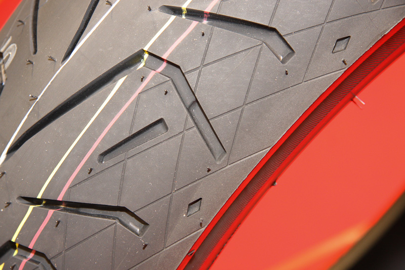 前後ともタイヤショルダーの一部に「ダイヤモンドカット」のデザイングルーブを設定