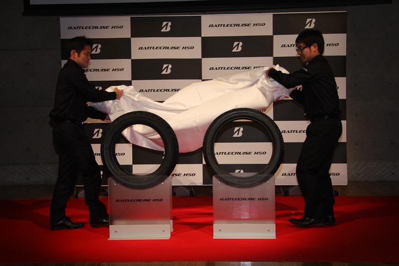 武田氏のプレゼンテーション中に、ステージ中央に置かれた新製品のアンベールが行なわれ、さらに新しいバトルクルーズを装着したハーレーダビッドソン「FORTY EIGHT」を運転して、ステージ脇からバトルクルーズの開発を担当した株式会社ブリヂストン MCタイヤ開発部 設計第2ユニットの時任泰史氏が登場するサプライズ演出も行なわれた