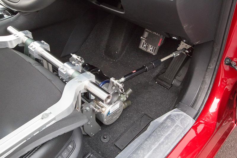 アクセルロボットやブレーキロボットは治具でシートに固定する。今回はブレーキロボットは未装着