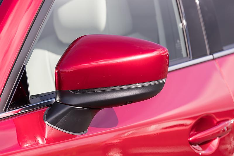 ウインカー内蔵のドアミラーは初代と同じくドアマウントにすることで視界を確保