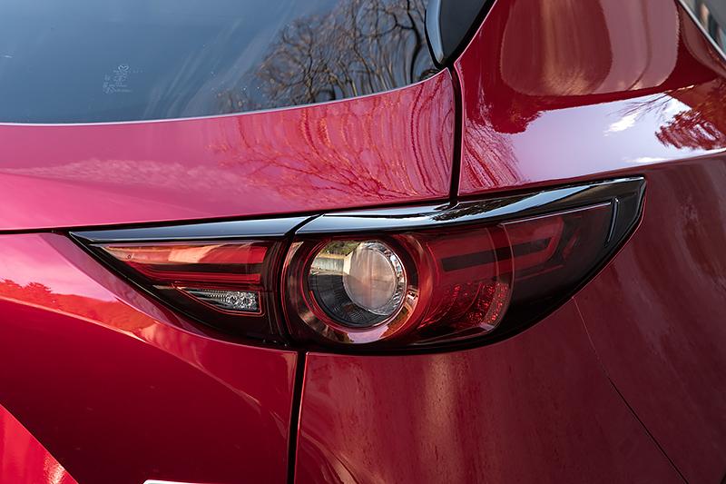 リアコンビネーションランプの点灯パターン。順に消灯、ポジション、ブレーキ、ウインカー、バックランプを含む全点灯