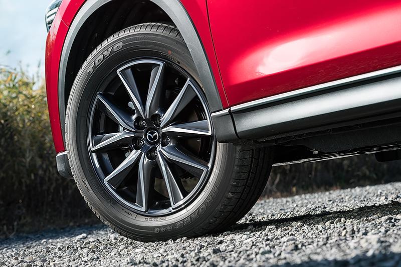 タイヤ&ホイールは17インチと19インチを用意。撮影車両は19インチのトーヨー・PROXES R40を装着しており、サイズは225/55 R19