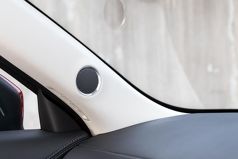 「BOSEサウンドシステム」装着車のツィーターはインパネ上部からAピラーに移動した