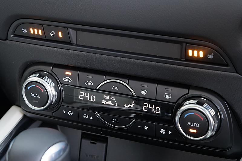 デュアルゾーンのオートエアコン。シートヒーターとステアリングヒーターも装備