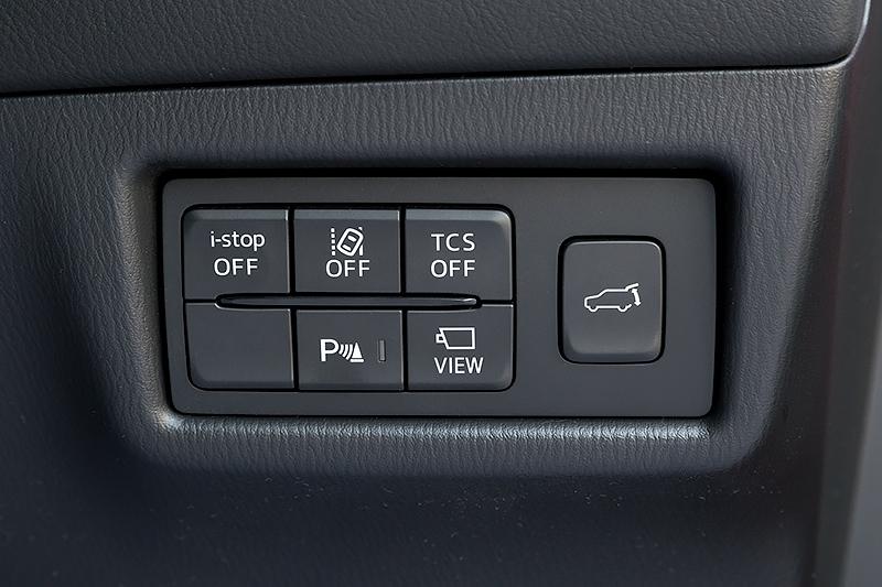 ステアリングコラム右側のスイッチパネル。パワーリフトゲートのスイッチが新設されている