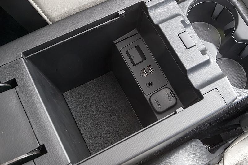 センターコンソール後方の収納スペース。内部にはUSB端子やDC12Vソケットがある
