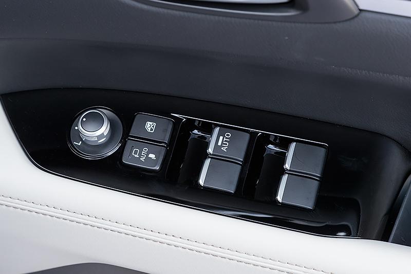 ドアアームレスト部のスイッチ。ドアミラーの格納スイッチが独立したほか自動格納機能も追加されている