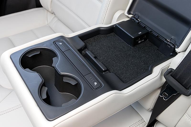カップホルダーとともにシートヒーターのスイッチなどを内蔵
