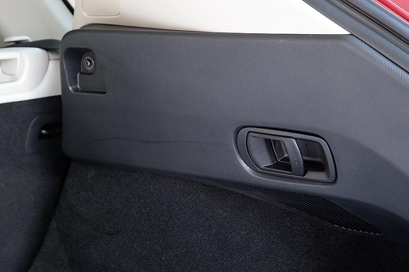 ラゲッジスペースの左右側面に後方からリアシートを倒せるレバーを装備