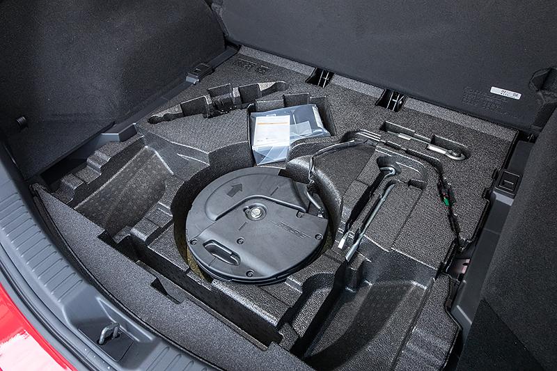 ラゲッジフロア下にサブトランクを用意。BOSEサウンドシステム装着車ではサブウーハーを配置する