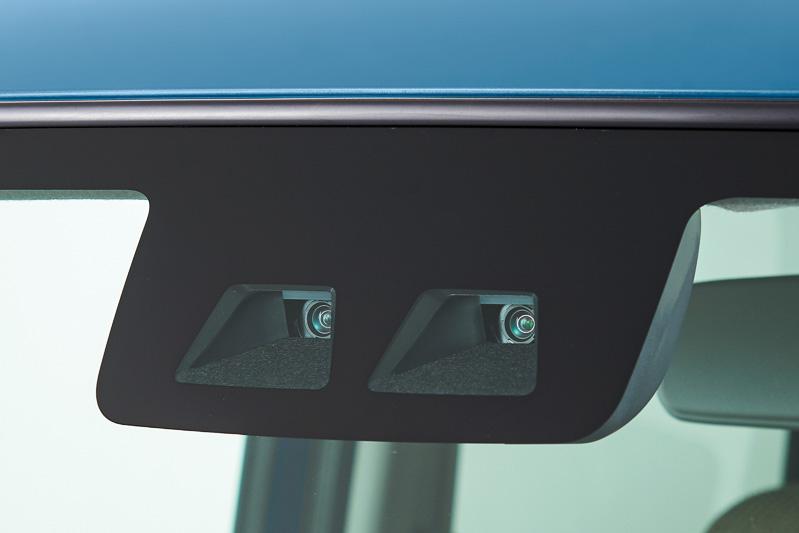 フロントウィンドウにステレオカメラを備える「スマートアシストIII」を新採用歩行者に対しても「緊急ブレーキ」が作動するようになるなど安全性が高められた