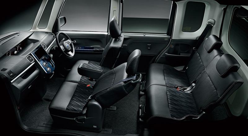 内装色は明るいブラウン系を基本に、シート表皮やドアトリムなどがブラックになる「ブラックインテリアセレクション」をオプション設定