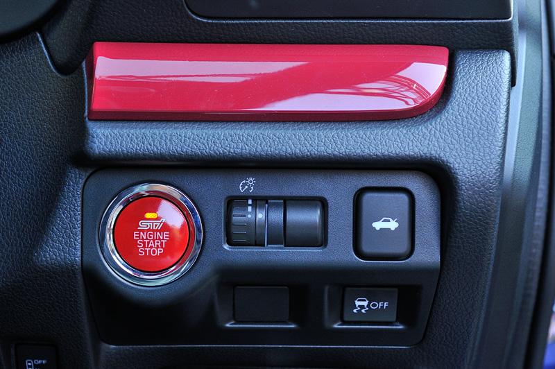 プッシュエンジンスイッチもSTIロゴの入ったレッドタイプに変更している